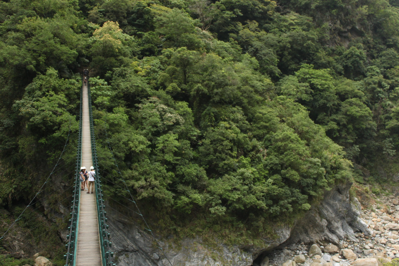 Puente sobre el desfiladero en Taroko
