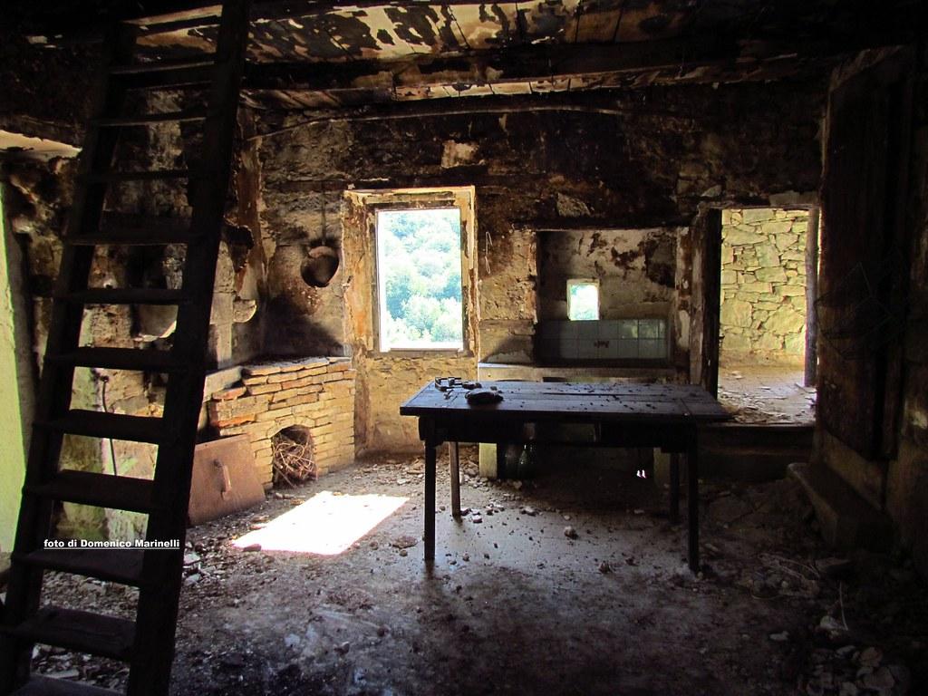 Interno di una casa abbandonata nel borgo fantasma Do Ma