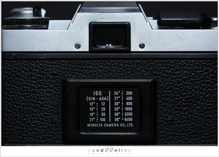 De DIN-ASA schaal van een oude Minolta XG-1. In die tijd was het moeilijk om een fotorolletje van meer dan 400ASA (=ISO400) te vinden. Nu is een bereik zoals op deze schaal weergegeven bijna standaard te noemen.
