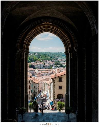 De stad Le Puy-en-Velay strekt zich nederig uit onder de katedraal Notre Dame Le Puy. Een prachtige stad vol fotogenieke plekken.
