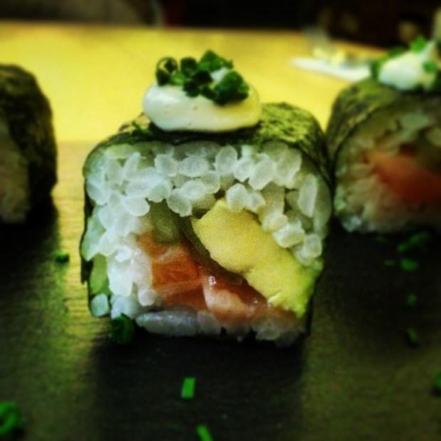 Maki sushi con alga nori