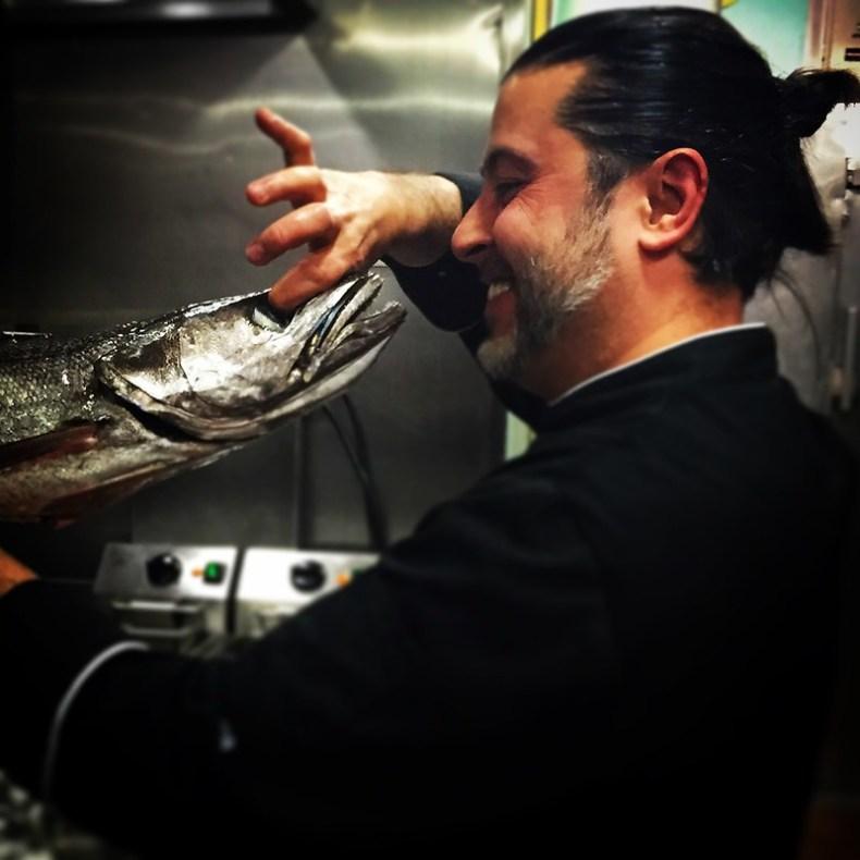 Chef koketo comprobando el estado del pescado fresco