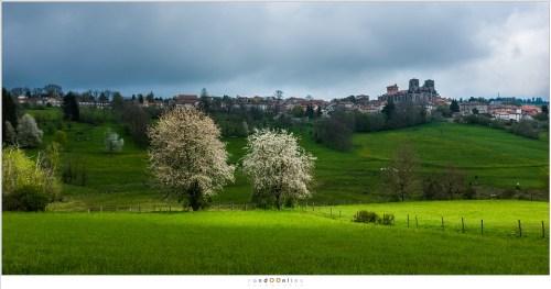 Het dorp La Chaise Dieu in een landschap waar zon en wolken het spel van licht en schaduw spelen.