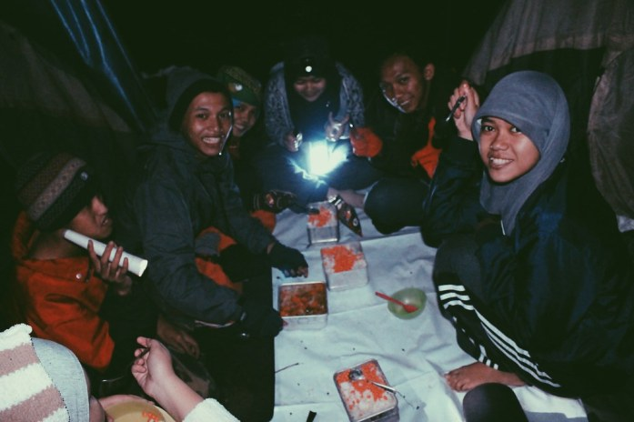 Menikmati makan malam bersama di Kandang Batu