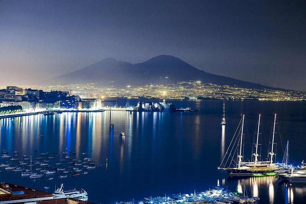 Vesuvio sul Golfo di Napoli di notte  Napoli  Naples