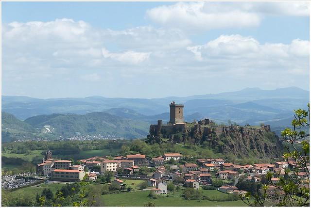 Hoog boven op een berg ligt het fort van Polignac, Frankrijk. Je kunt je voorstellen wat een uitzicht je vanaf hierboven hebt.