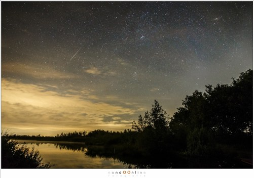 Een Cassiopeiïde meteoor, afkomstig 'uit' het sterrenbeeld Cassiopeia (buiten beeld). Rechtsboven is nog het Andromeda sterrenstelsel te zien als een wazig vlekje. (EOS 1Dx + EF24-70mm @ 24mm - ISO6400 - t=10sec)