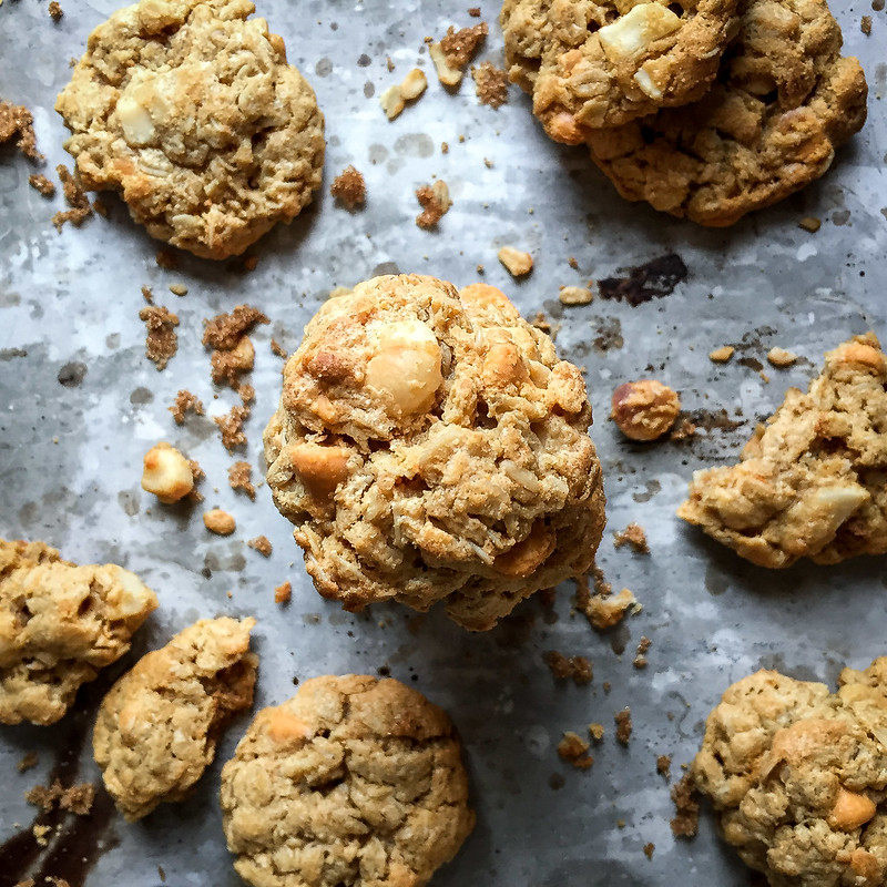 Gluten free macadamia butterscotch cookies: chewy on the inside, so sturdy (no crumbling!), and made in ONE bowl!