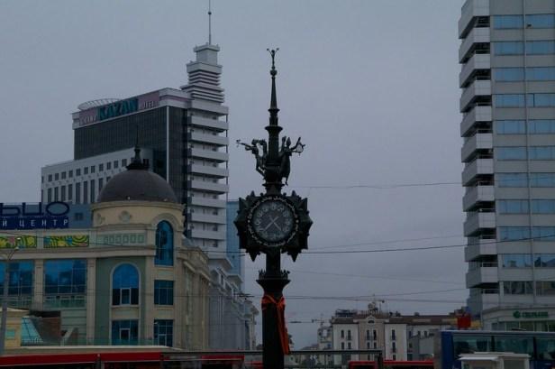 Бронзовая монументально-декоративная композиция с часами установлена в самом начале улицы Баумана в 1999 году. Казань, Россия
