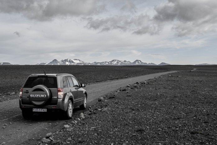 4x4 con las tierras altas de Islandia de fondo