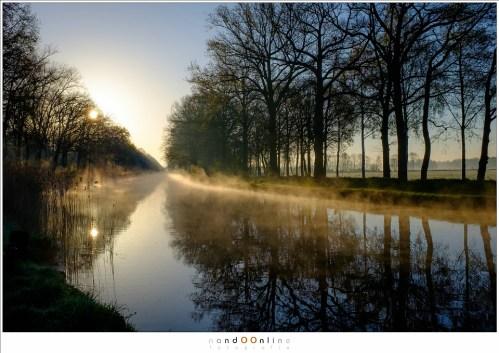 Gouden ochtendnevel boven het Eindhovens Kanaal. Single exposure shot in RAW, bewerkt in Lightroom. (ISO200 - f/11 - 1/220 - Velvia film simulation)