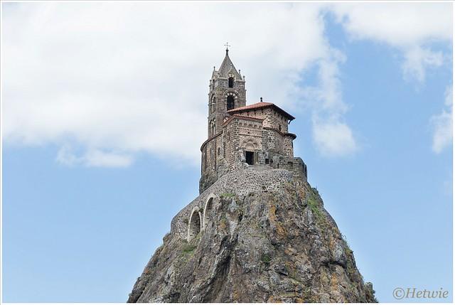 Saint Michel d'Aiguilhe boven op een vulkaanschoorsteen. Bedevaartplaats in de tocht naar Santiago de Compostela.