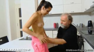 Kakek tua entot cewek abg pacar cucunya