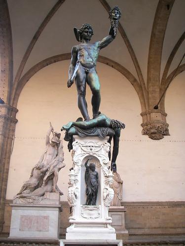 Perseo con la cabeza de Medusa en la Logia dei Lanzi, en la Plaza della Signoria. ViajerosAlBlog.com.