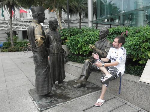 Estatua urbana The River Merchants (2003) de Aw Tee Hong, situada cerca de Maybank Tower, en Singapur.