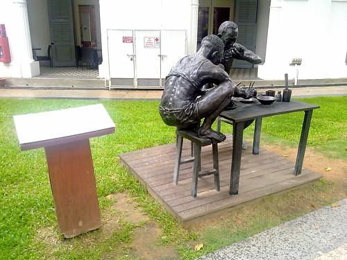 Estatua urbana Another Day (2000) de Chong Fah Cheong, situada cerca de Singapore Art Museum, en Singapur.