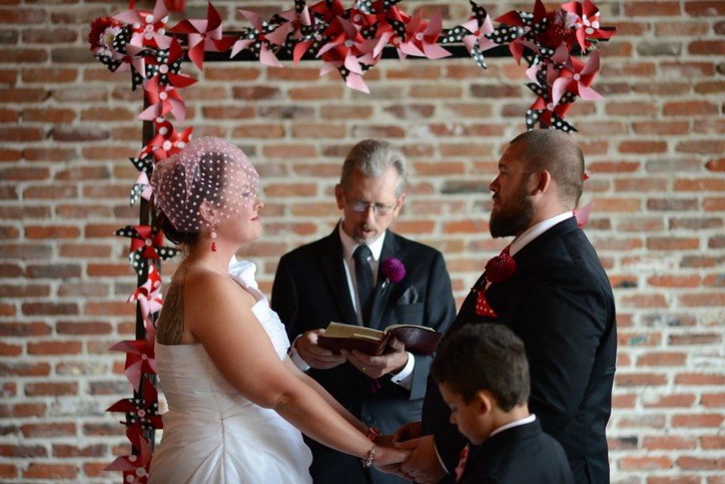Birdcage veils to make your wedding outfit take flight as seen on @offbeatbride #veils #birdcageveil