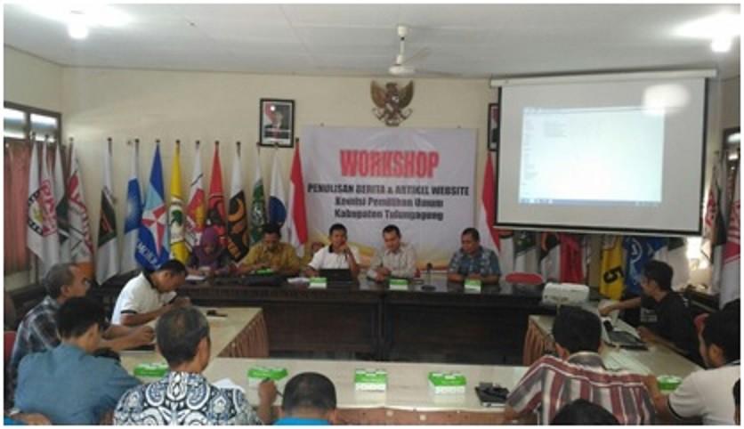 Ketua KPU Kab.Tulungagung saat membuka Workshop (3/6)