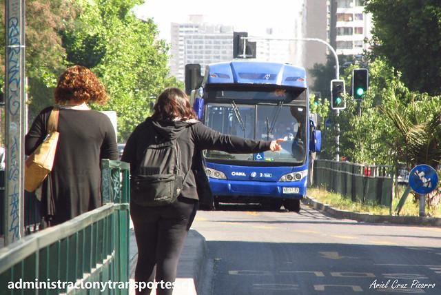 Pasajera haciendo parar bus Transantiago / 210