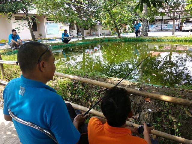 Beberapa pegawai KPU menikmati Jum'at pagi dengan memancing(9/9)