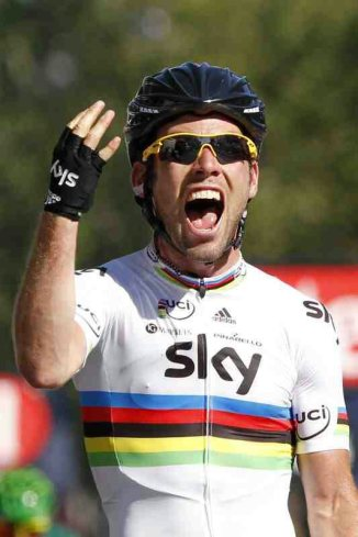 Cav celebrates his 4th win on Champs Elysee