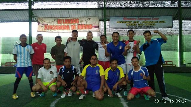 Tim futsal KPU menyempatkan berfoto bersama tim futsal DINSOSNAKERTRANS sebelum bertanding (30/12)
