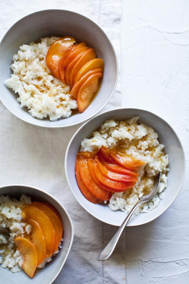 Budín de arroz frío con cítricos y melocotones escalfados con miel