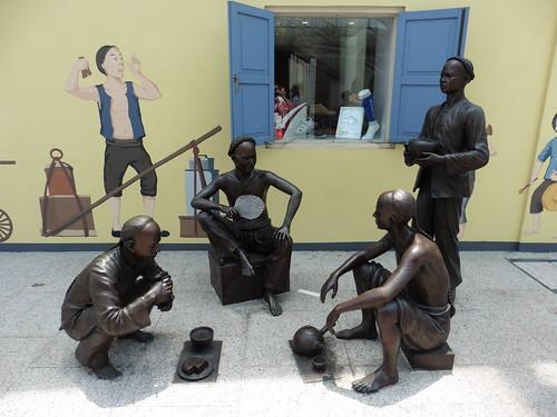 Estatua urbana Rickshaw y Chinese Immigrants, situada en Nankin Street, en Singapur.