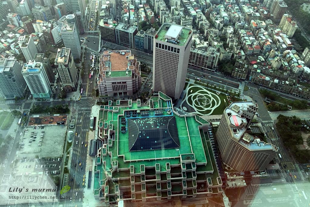下面那個很整齊的建築物是世貿一館~