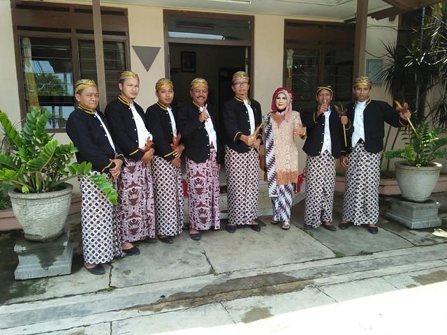 Komisioner & Sekretariat KPU Tulungagung bersiap untuk mengikuti prosesi kirab(18/11)