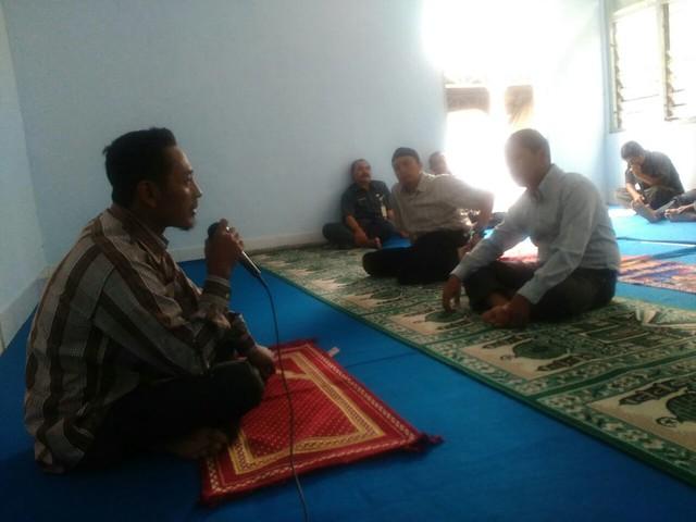 Fatah saat memberikan kultum bagi jamaah Shalat Dzuhur Musholla KPU Kab.Tulungagung(20/6)