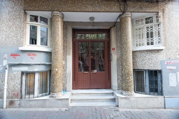 Cihangir'de Eski Bir Bina Girişi http://www.phardon.com