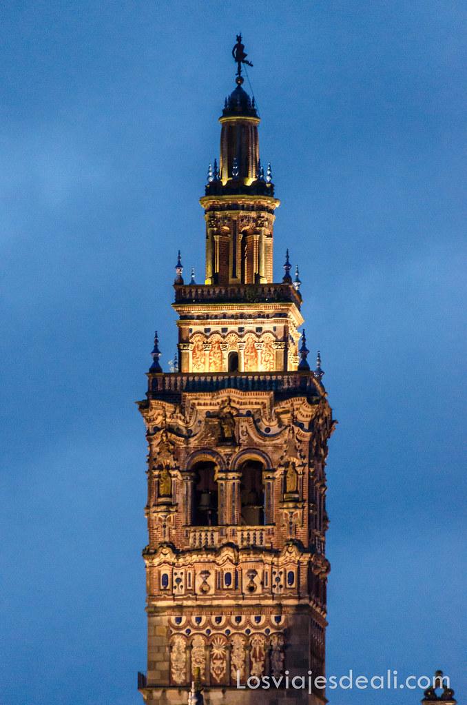 torre iluminada de la iglesia de san miguel en Jerez de los Caballeros