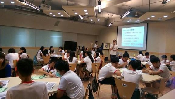張世明老師教學生拍微電影