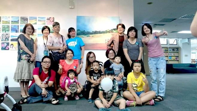 元智大學藝術中心主任鄒淑慧與工作人員、參展星兒及家長合影/照片由心路基金會提供