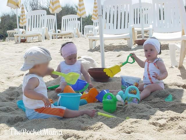 vacanze coi gemelli - amichetti in spiaggia