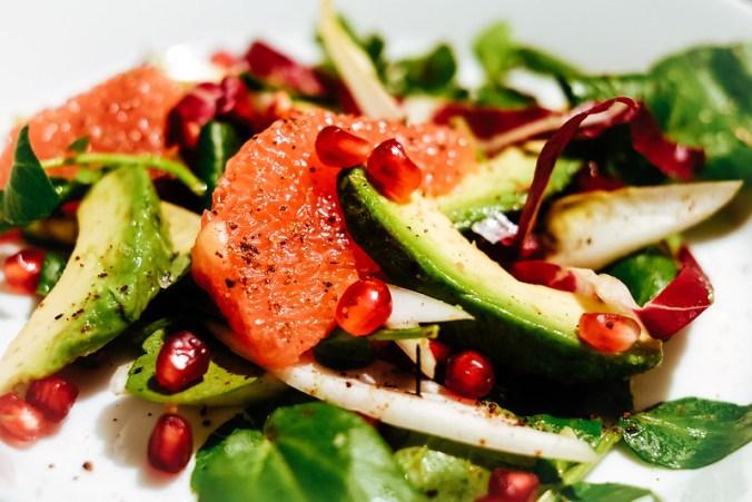 Salade van grapefruit, avocado en granaatappel; een recept van Silvena Rowe