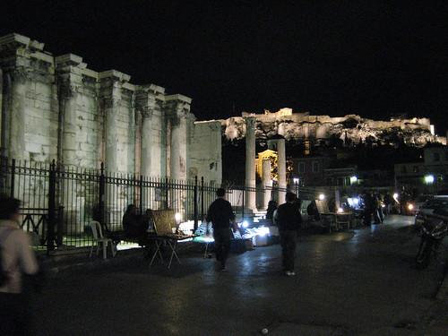 Biblioteca de Adriano con la Acrópolis de Atenas al fondo. ViajerosAlBlog.com.