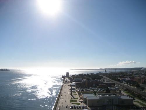 Vistas del Tajo y la Torre de Belém desde lo alto del Monumento a los Descubrimientos. ViajerosAlBlog.com.