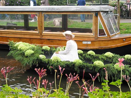 La novia va en barco a su boda