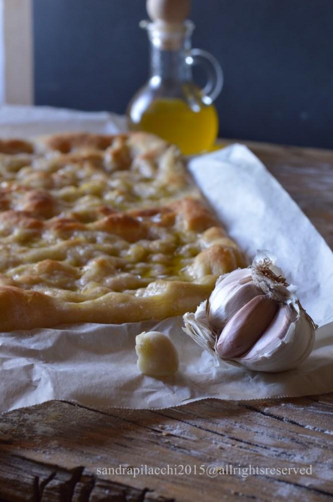schiacciata all'olio con aglio