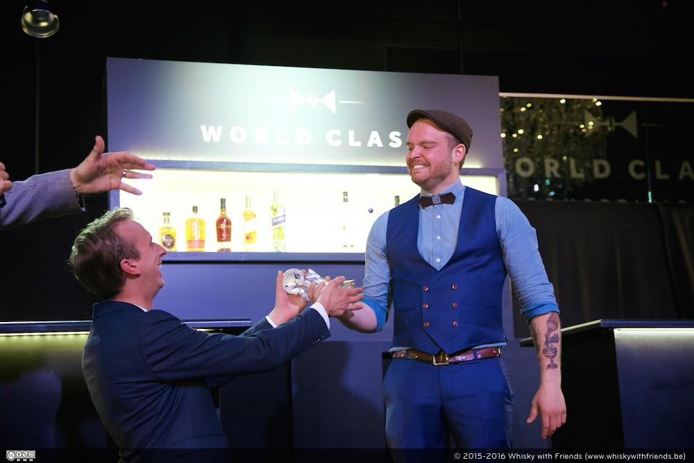 Dries ontvangt de Diageo World Class Belguim 2016 prijs uit handen van zijn voorganger Jurgen Nobels.