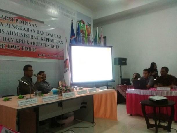 HM. E. Kawima saat memberikan pengarahan dalam Rapim KPU Se Jatim (15/6)