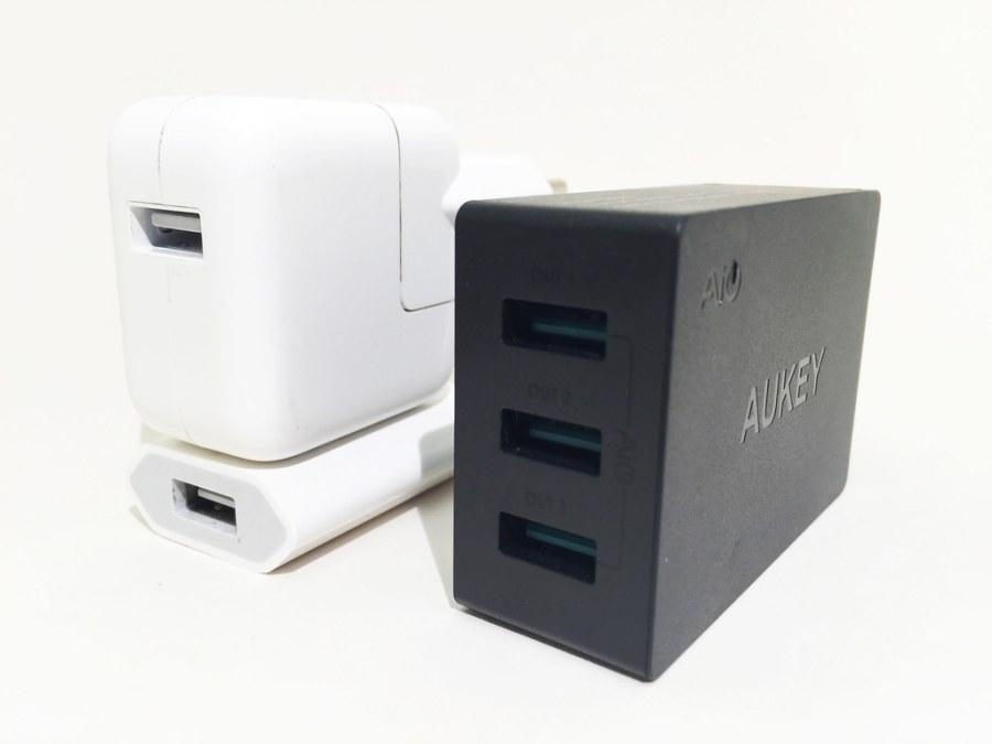 Chargeur AUKEY 3 USB PA-U35 + chargeur iPhone et iPad de côté