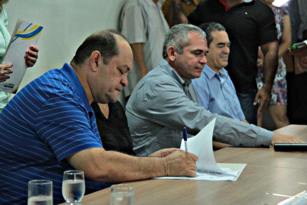 Ex-prefeito monta assessoria para se defender de ataques do novo governo
