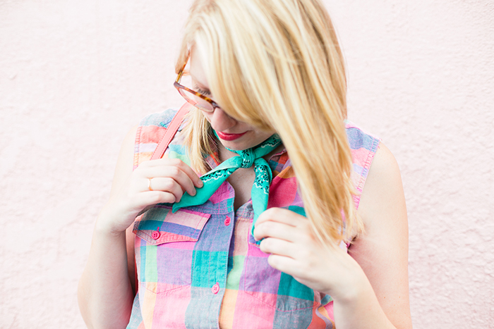 tying a bandana around your neck for a cool summer outfit detail