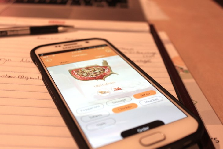 customers-will-also-eventually-be-able-to-order-pizzas-through-the-beehex-app-which-will-ping-them-when-theyre-ready-first-you-choose-the-pizzas-size-10-or-12-inch-dough-plain-tomato-or-gluten-free-sauce-tomato-basil-.jpg