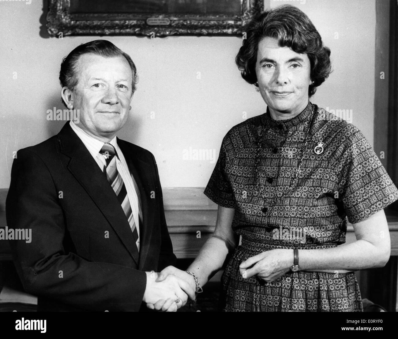 Patricia Knatchbull presents check to charity Stock Photo