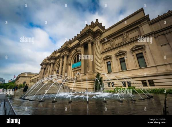 Fountains And Metropolitan Museum Of Art In Manhattan