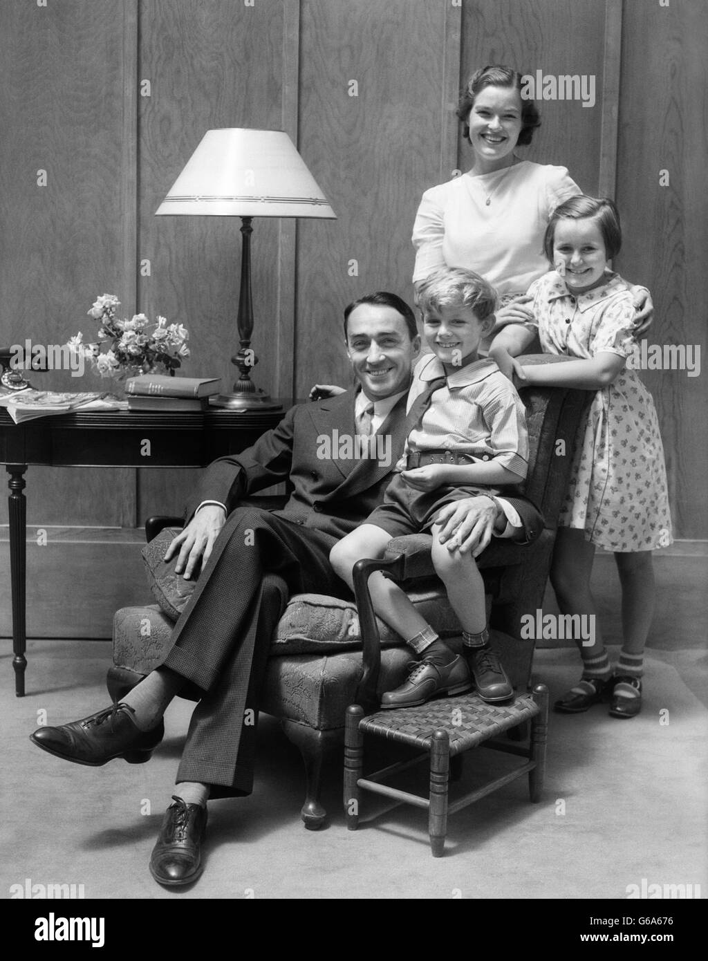 1930s PORTRAIT OF SMILING FAMILY FATHER MOTHER TWO